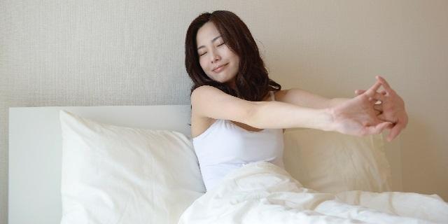 寝起きの女性の写真