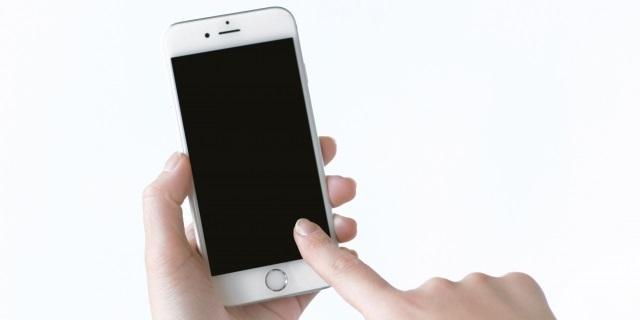 iPhoneを操作する写真