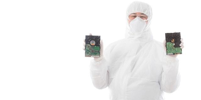 2つのHDDを持っている人の写真